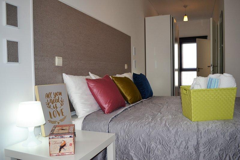 Room CLOCK in CASA GALERIA. Modern and central!, casa vacanza a Sao Mamede de Infesta