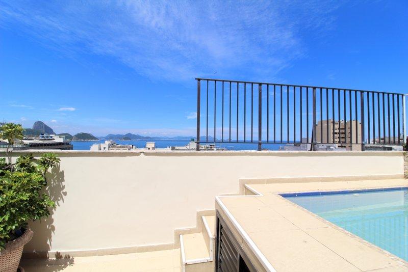 Hermosa vista desde el balcón y piscina.