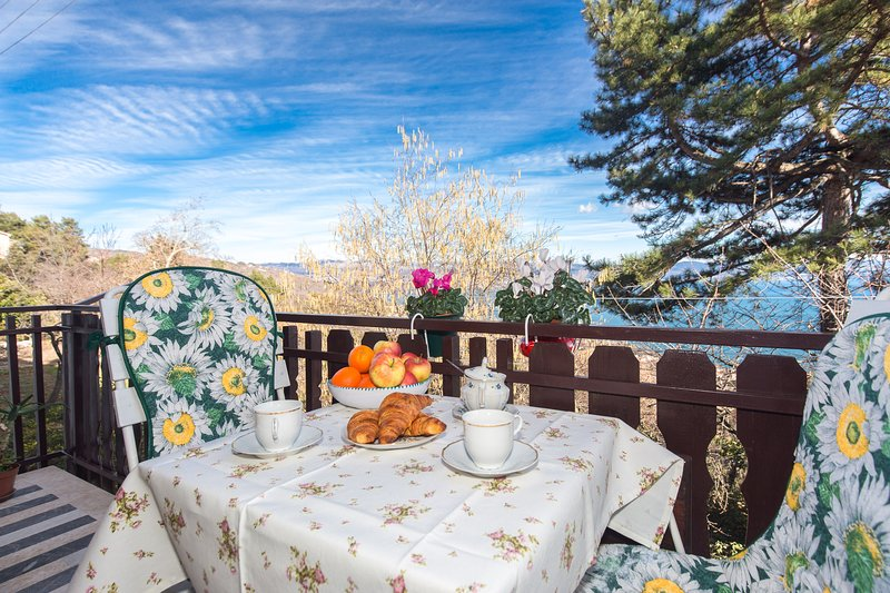 Comfy And Warm Flowery Ap With Balcony, holiday rental in Lovran