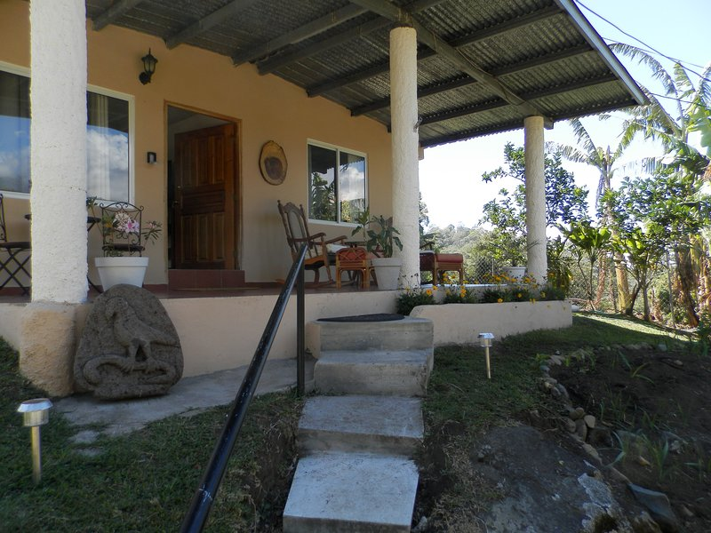 Boquete Panama Home 3/2 Walk to town and Restaurants Great Veiws, Gardens, aluguéis de temporada em Alto Boquete