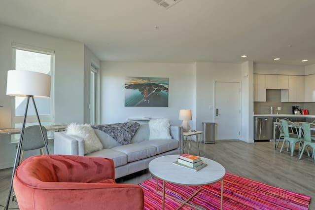 Espace meublé contemporain conçu avec soin pour le voyageur d'affaires moderne