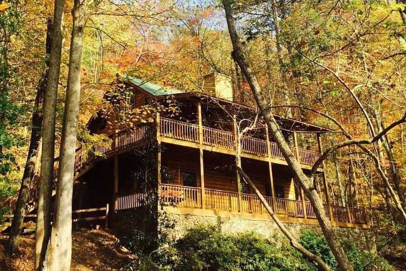North GA mtn cabin / river / luxury / seclusion. Close to wineries & fun for all, vacation rental in Dahlonega