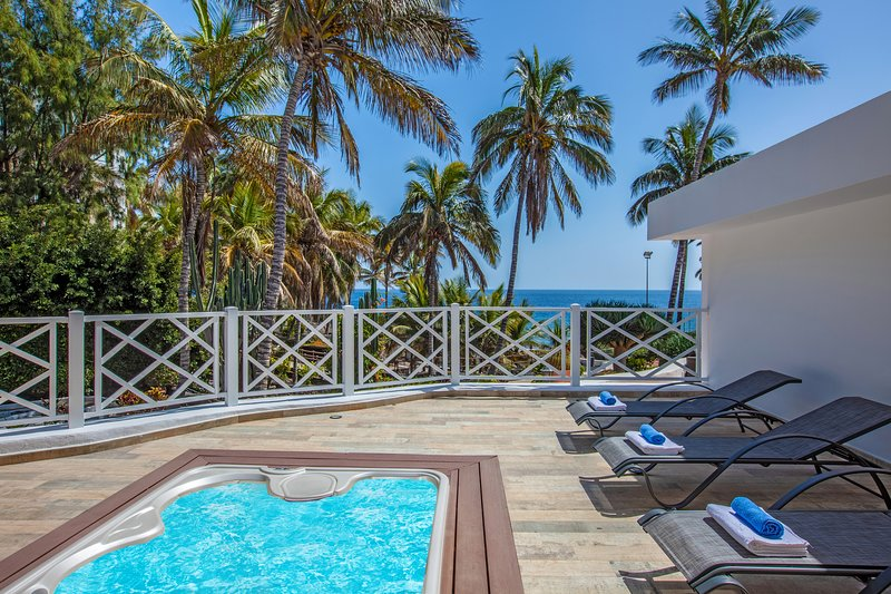 Playa Chica - Beachfront villa, holiday rental in Tias