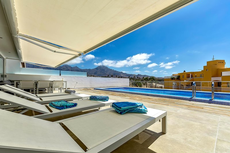 Luxury 2 bedrooms apartment in La Caleta Palm com. Private heated pool INCLUDED, holiday rental in La Caleta