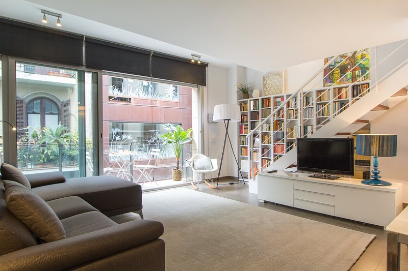 cozy duplex apartment with pool in a quite street next to Paseo de Gracia, vacation rental in Barcelona