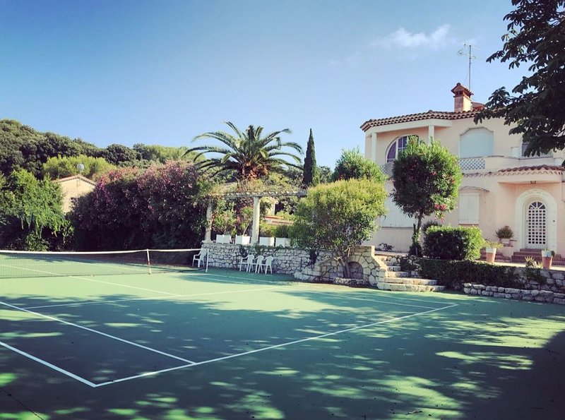 Lovely 6 bedroom villa, Sea view , Tennis court, Large land, holiday rental in Cap d'Antibes