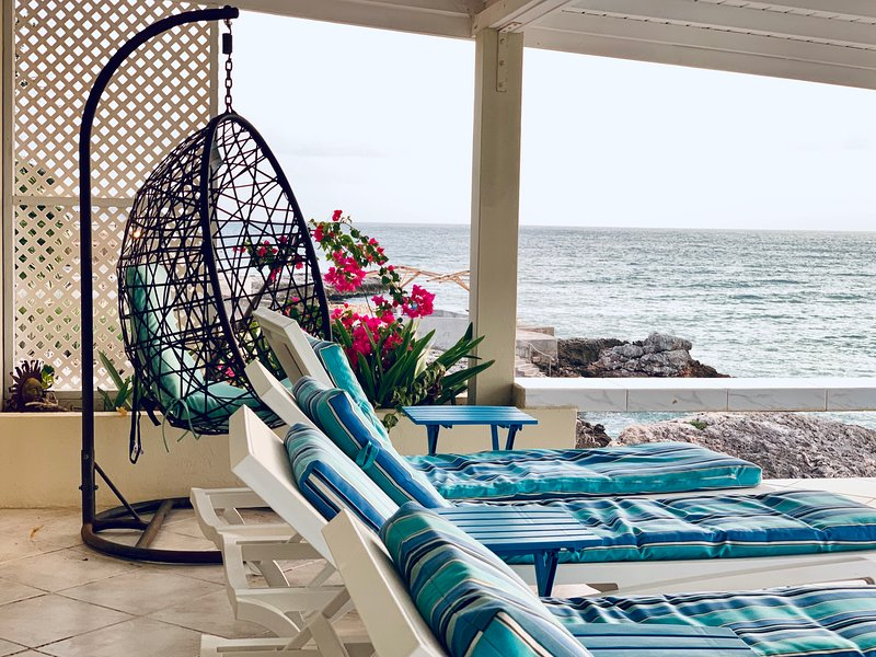 ISLAND DREAMS, Perfect Oceanfront 2 BR/2 BA Spacious & Private Waterfront Villa, holiday rental in Sint Maarten