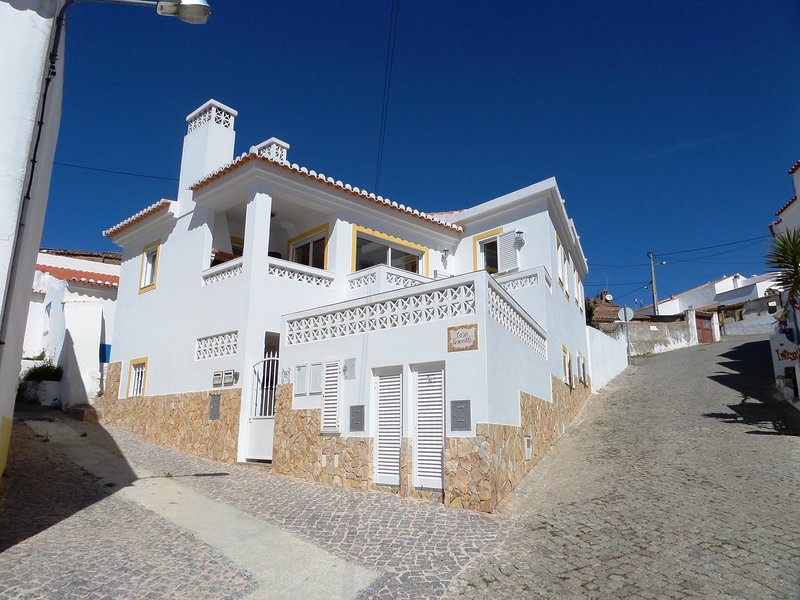 Family friendly apartment on the 1st floor, WiFi, heating, BBQ, balcony, Ferienwohnung in Carrapateira