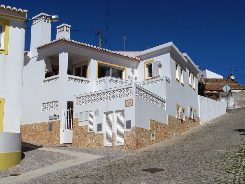 Family friendly ground floor apartment, WiFi, heating, patio, Surfers welcome, Ferienwohnung in Carrapateira