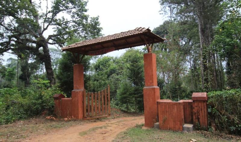 TripThrill Wild Cat Ranch 2BHK Farmhouse, vacation rental in Virajpet