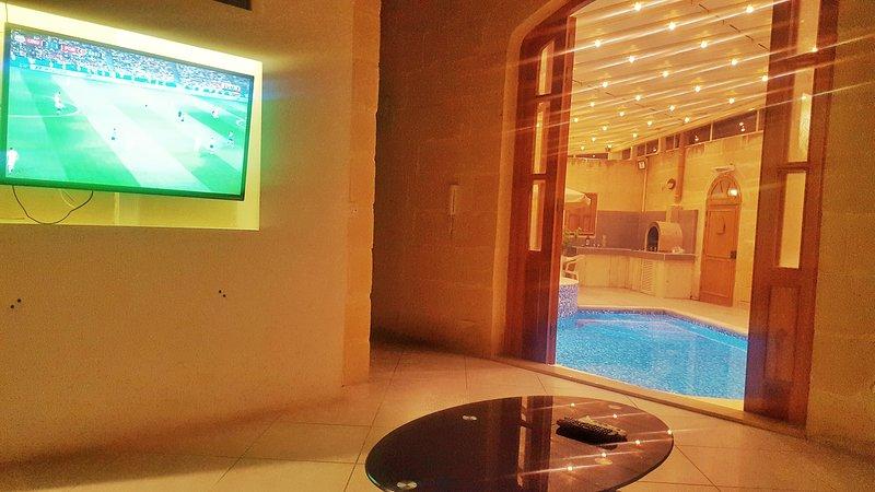 Durante l'inverno dal soggiorno, con piscina riscaldata e vasca idromassaggio.