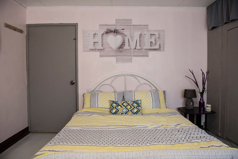 Spacious Private Room Near Olongapo City Center!, holiday rental in Zambales Province
