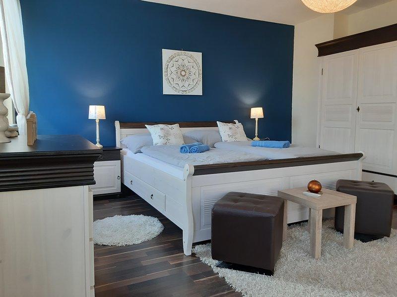 Dormitorio romantico con techo raso y subido.
