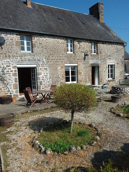 Monhier French Farmhouse on the Normandy, Brittany and Pays de Loire borders, casa vacanza a Fougerolles-du-Plessis