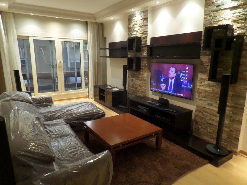 2 BR Apt 3nd Floor with Balcony In Mohandessin, casa vacanza a Governatorato del Cairo