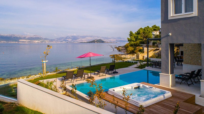 Luxury beachside villa Paradise with private pool and jacuzzi - Eos Croatia, aluguéis de temporada em Slatine