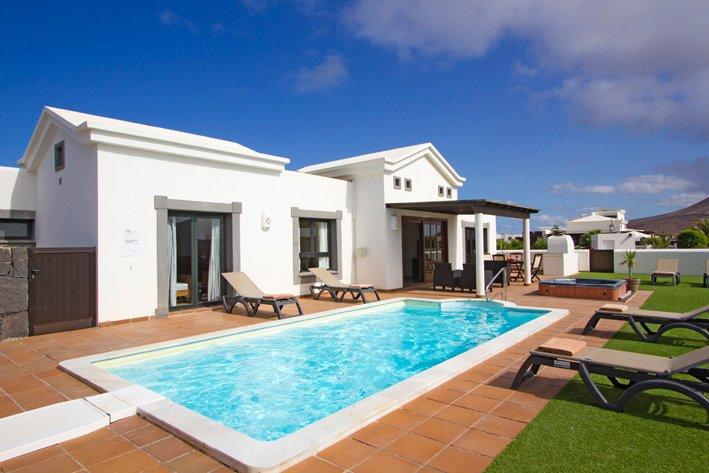Luxury Villa, Playa Blanca, Lanzarote with private pool and hot tub, holiday rental in Playa Blanca