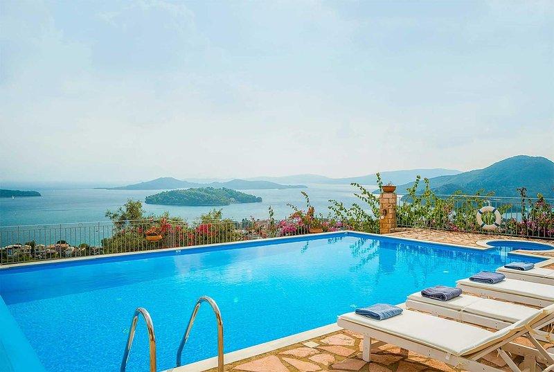 Pretty villa w/amazing views, short drive to beach, casa vacanza a Vafkeri