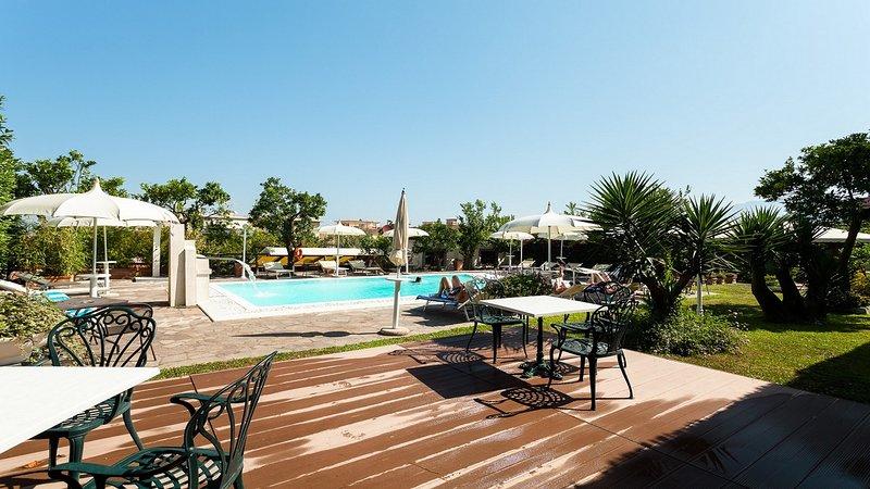 Piscina compartida y punto de desayuno en el complejo de residencia sorrento con apartamentos con reserva de vacaciones.