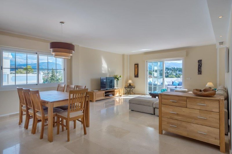 4 Bedroom Holiday Apartment with Sea Views Puerto Banus, Marbella, aluguéis de temporada em Jose de Puerto Banús
