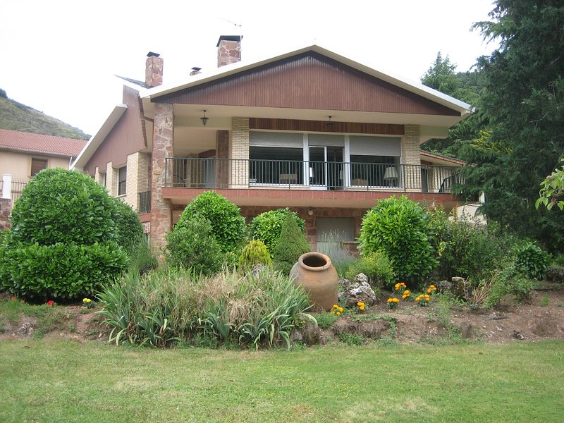 Big house with mountain view, holiday rental in Valdazo