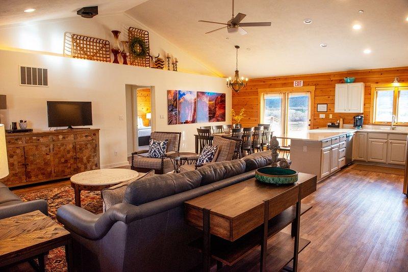 Zion National Park Reunion, Wedding, Retreat cabin w/ game room sieeps 22, aluguéis de temporada em Colorado City