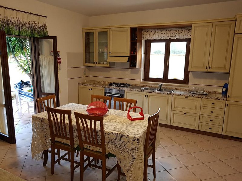 Villa indipendente, 500 m dal mare, vakantiewoning in Acconia