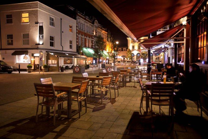 Oxford Street está a minutos de distancia con algunos excelentes bares y restaurantes.