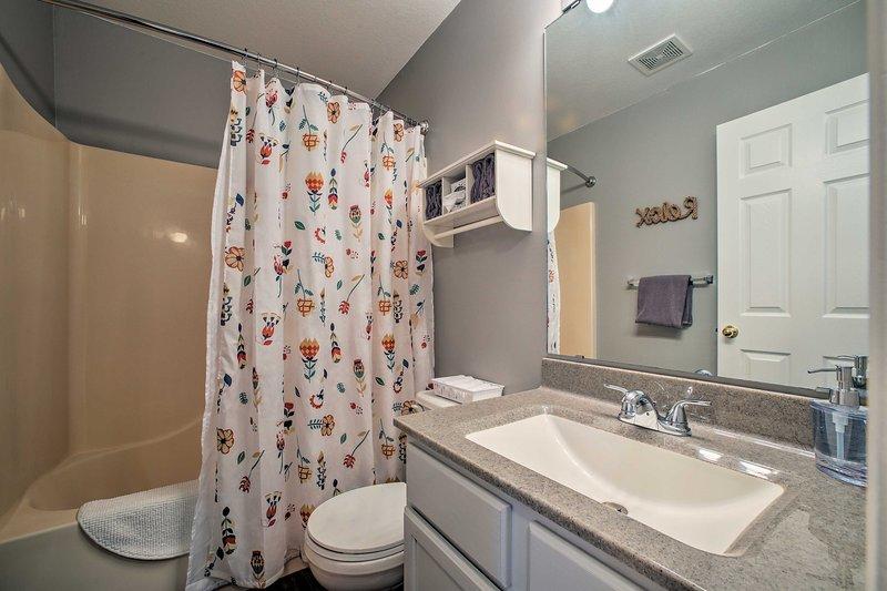 Ambos baños están equipados con toallas limpias.
