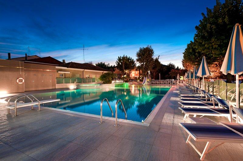 Suite Apartment Paris - Appartamento di lusso con piscina a Bellaria Igea Marina, vacation rental in San Mauro a Mare