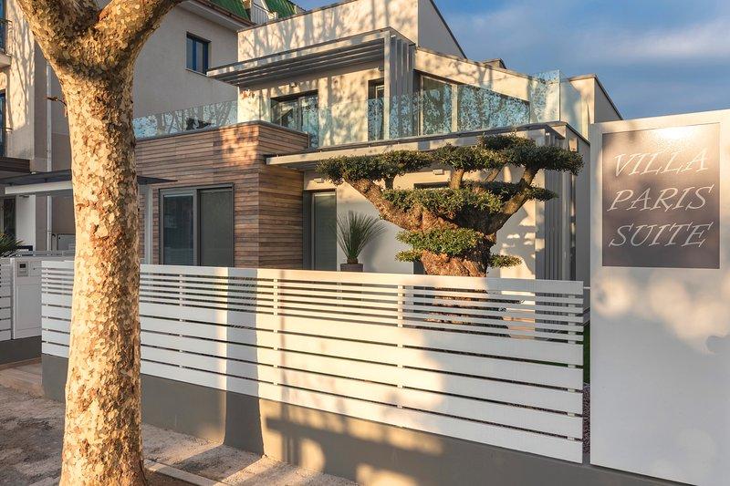 Vista frontale della villa Paris   e della Suite Apartment con terrazza di 25 mq