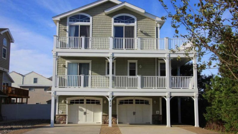 Relax and Unwind in Luxury with stunning water views and breathtaking sunsets!, holiday rental in Sea Isle City