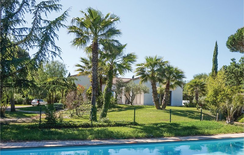 Stunning home in Beziers with Outdoor swimming pool, WiFi and 5 Bedrooms (FLH310, holiday rental in Lignan-sur-Orb