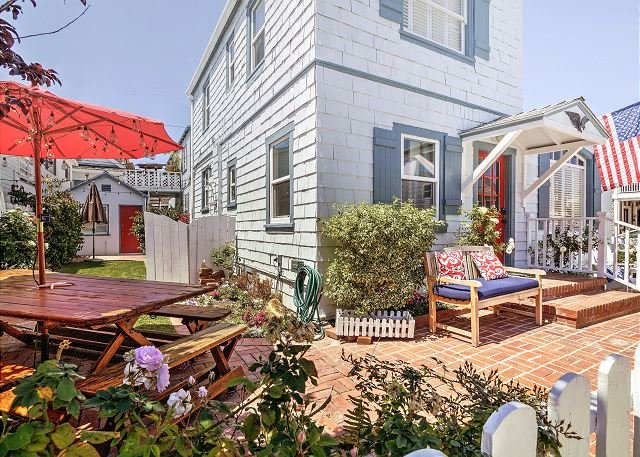 Charming Beach House w/ Private Patio - Near Beaches, Bay & Disneyland, alquiler de vacaciones en Balboa Island