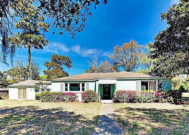 Vintage Ranch Home w/ Fenced Backyard - Near Folly Beach, Downtown Charleston, alquiler de vacaciones en James Island