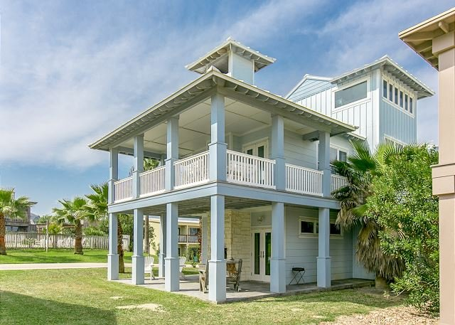 Spacious Gulf-View Retreat w/ Pool & Boardwalk to Beach!, alquiler de vacaciones en Port Aransas