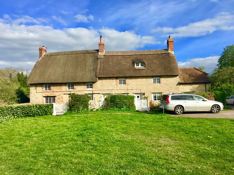 SGCY Thrupp 17th Century thatched cottage, location de vacances à Chesterton