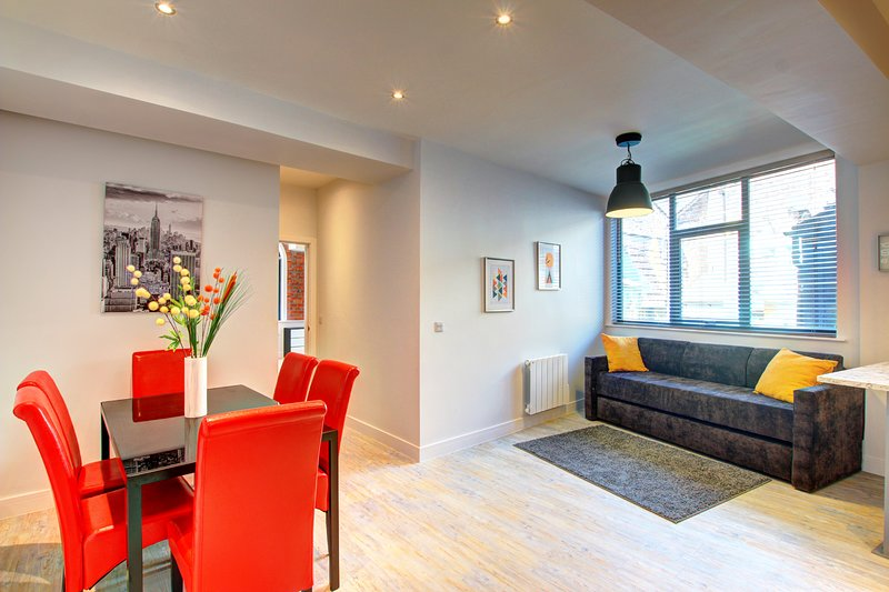 Modern Chic Piccadilly Apt, Heart of City Centre!, holiday rental in Failsworth