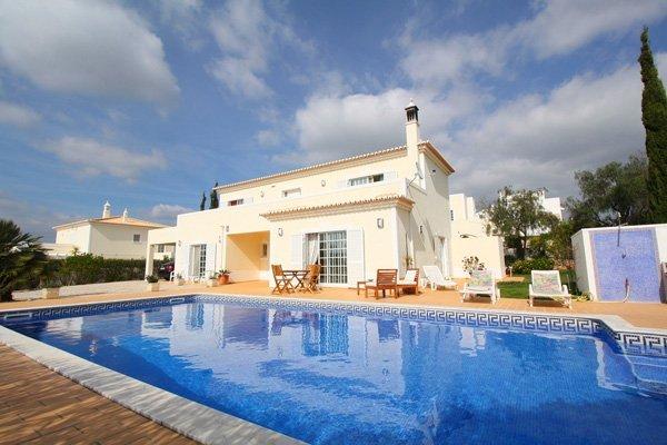 Zwembad en villa