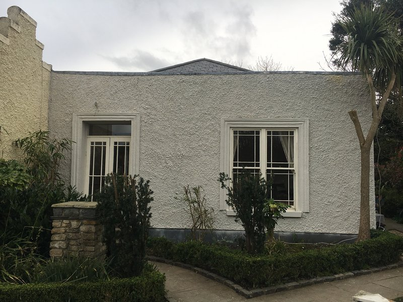 2 Bedroom Coach House in Dalkey, vacation rental in Bray