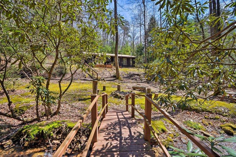 ¡Encuentra puentes, arroyos, fogatas, hamacas y más en este oasis al aire libre!