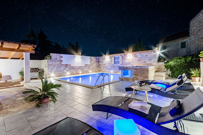 Luxury house David with pool and jacuzzi, holiday rental in Nerezisca