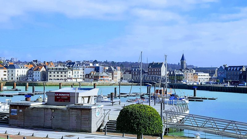 Appartement plein sud face au port de plaisance, vacation rental in Dieppe