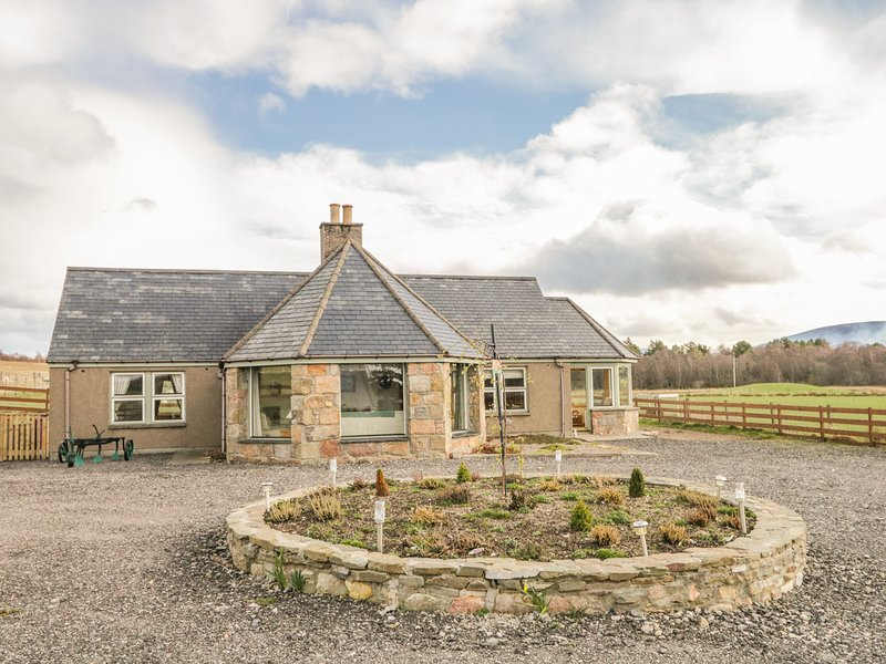 BOGAIRN, all ground floor, king-size bed, en-suite, off road parking, in, vacation rental in Dufftown