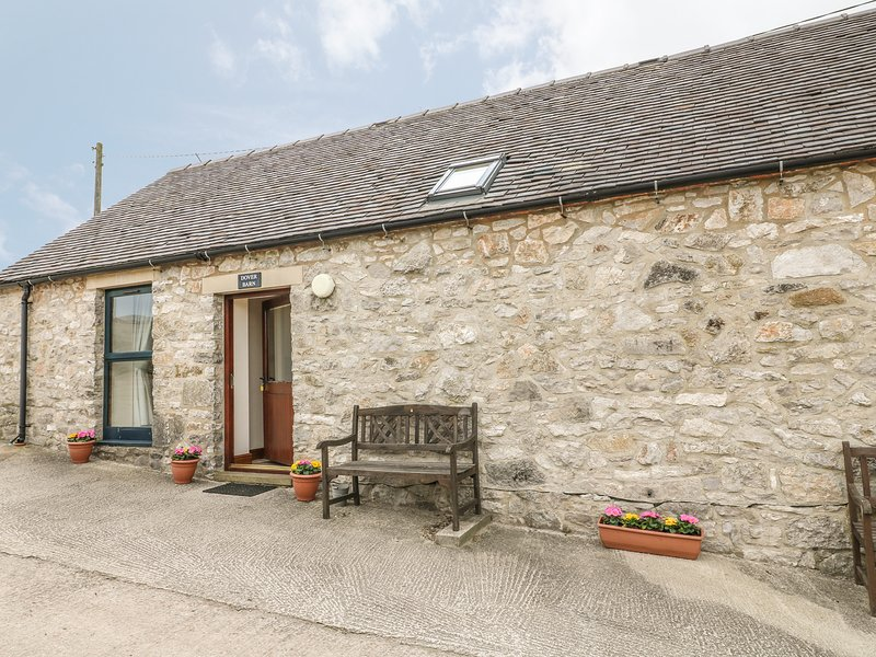 DOVER BARN, single storey cottage in countryside, donkeys, close walks, Parwich, vacation rental in Tissington