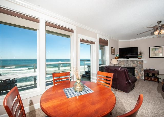 Pacific Treasure - Corner 3rd Floor Oceanfront Condo, Private Hot Tub, Pool!, holiday rental in Lincoln City