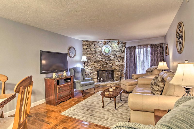 Make the most of your Pigeon Forge getaway with a stay at this cozy condo for 4!