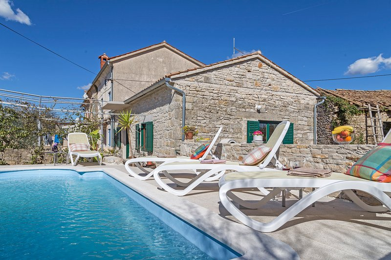 Casa per le vacanze in un tranquillo villaggio, vacation rental in Rakalj