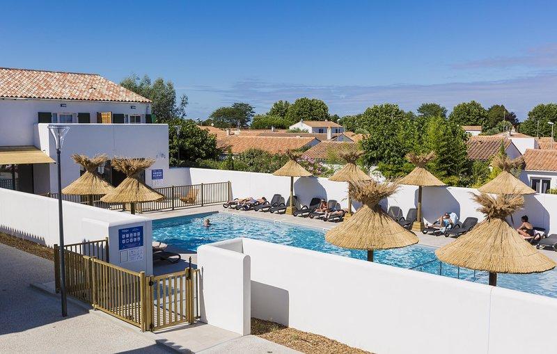 Admirez des vues magnifiques en vous prélassant autour de la piscine extérieure ouverte en saison.