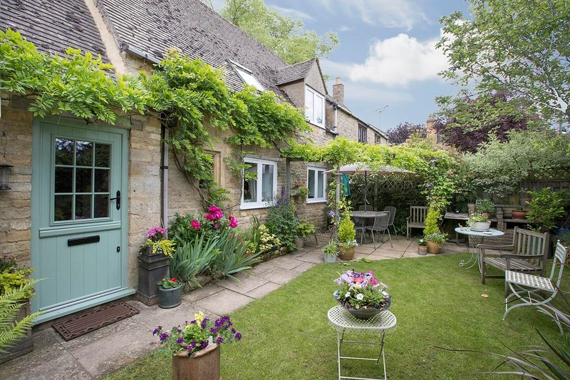 Graziers Cottage is a Grade II listed cottage located in the hamlet of Ford, vacation rental in Temple Guiting